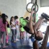 Menina faz exercício em argolas