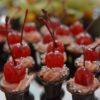 Foto de doces de chocolate com cerja em cima
