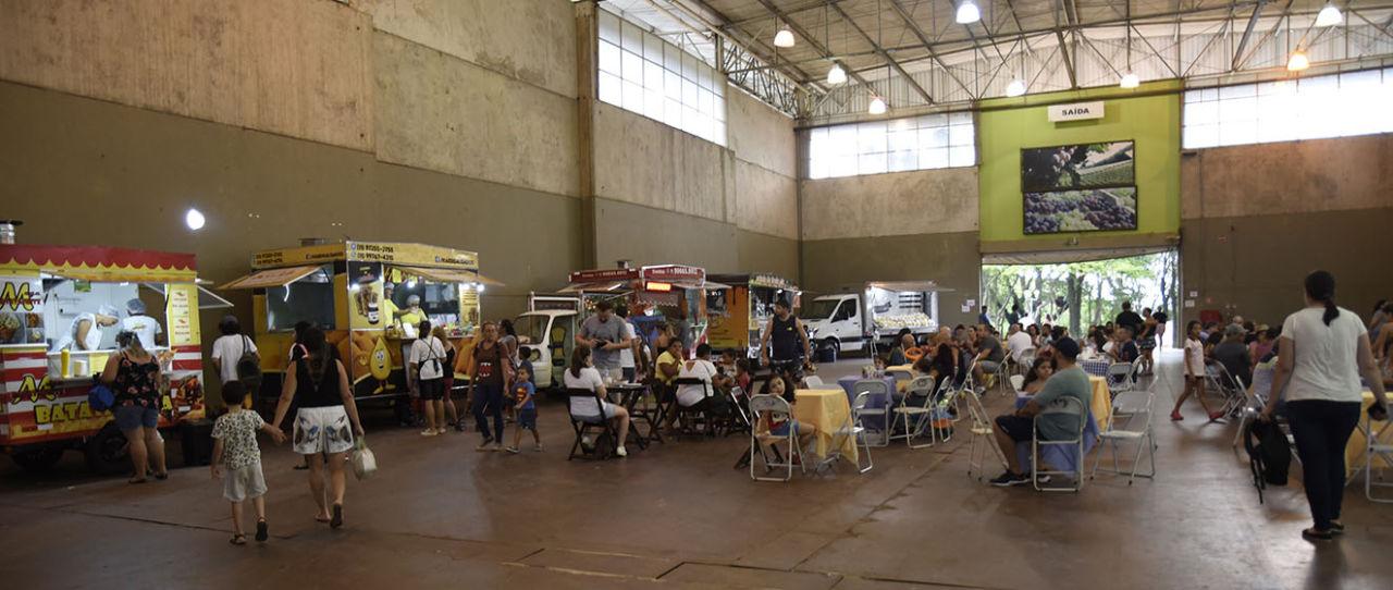 Pavilhão central do Parque da Uva, com barracas e foodtrucks
