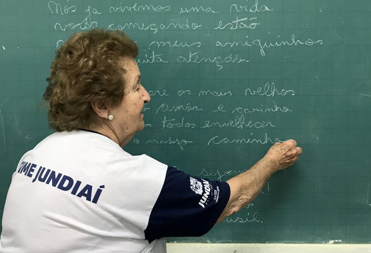 Idosa atleta do TIME Jundiaí escreve poesia em lousa de sala de aula