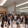 BAilarinos em performance na praça de alimentação do Maxi Shopping
