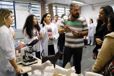 Sala de aula, com participantes em feira estudantil