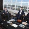 No gabinete, com visão de Jundiaí ao fundo, prefeito recebe representantes