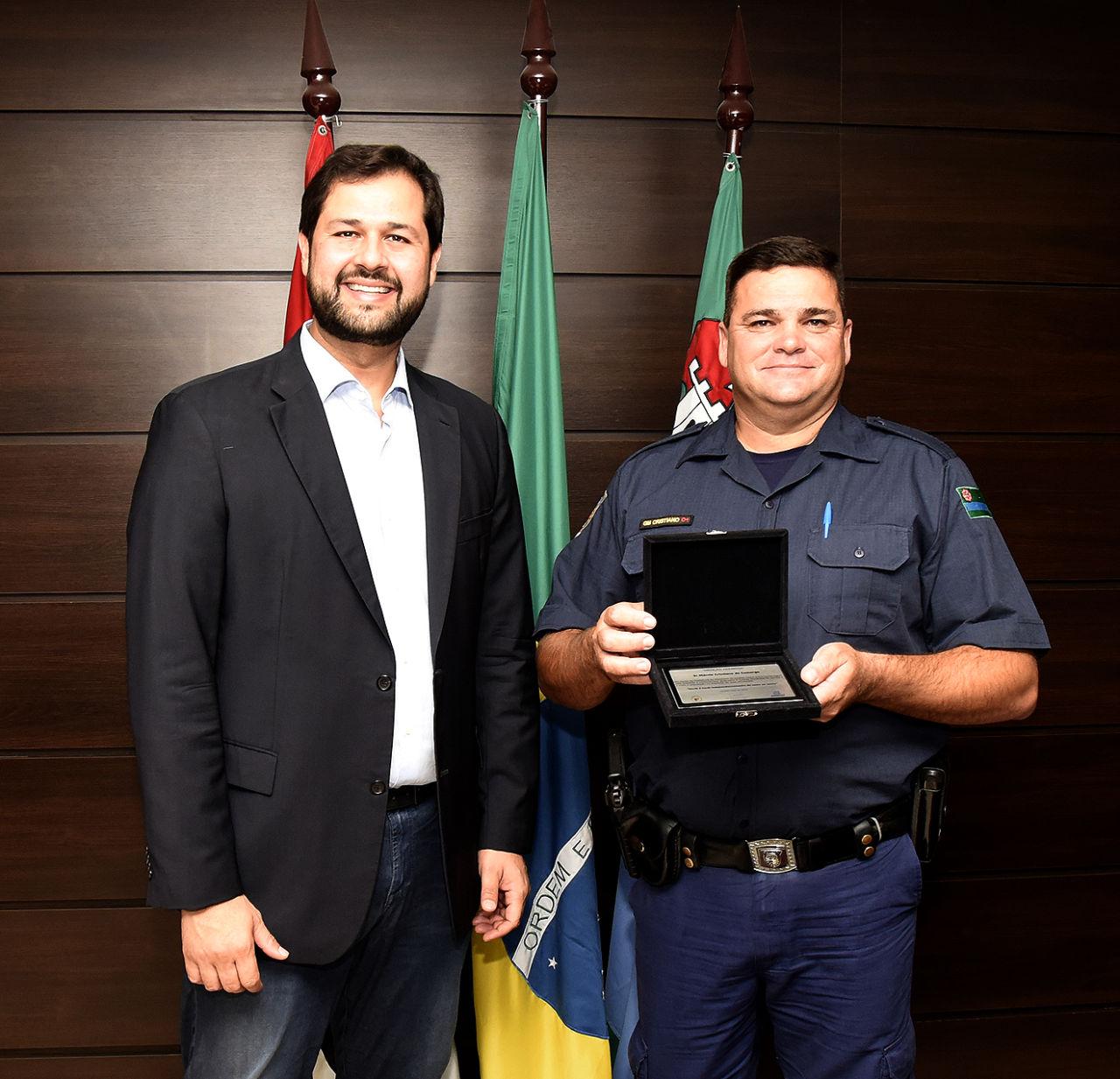 Foto posada do prefeito Luiz Fernando ao lado do GM
