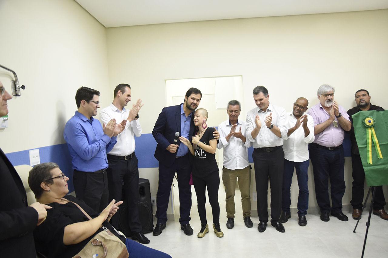 Prefeito abraça paciente enquanto gestores e autoridades aplaudem