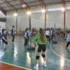 Atletas jogam vôlei em ginásio
