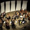 Músicos da Orquestra Municipal sobre o palco de Teatro, em foto vista de cima