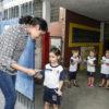 Crianças distribuem panfletos contra dengue para os pais