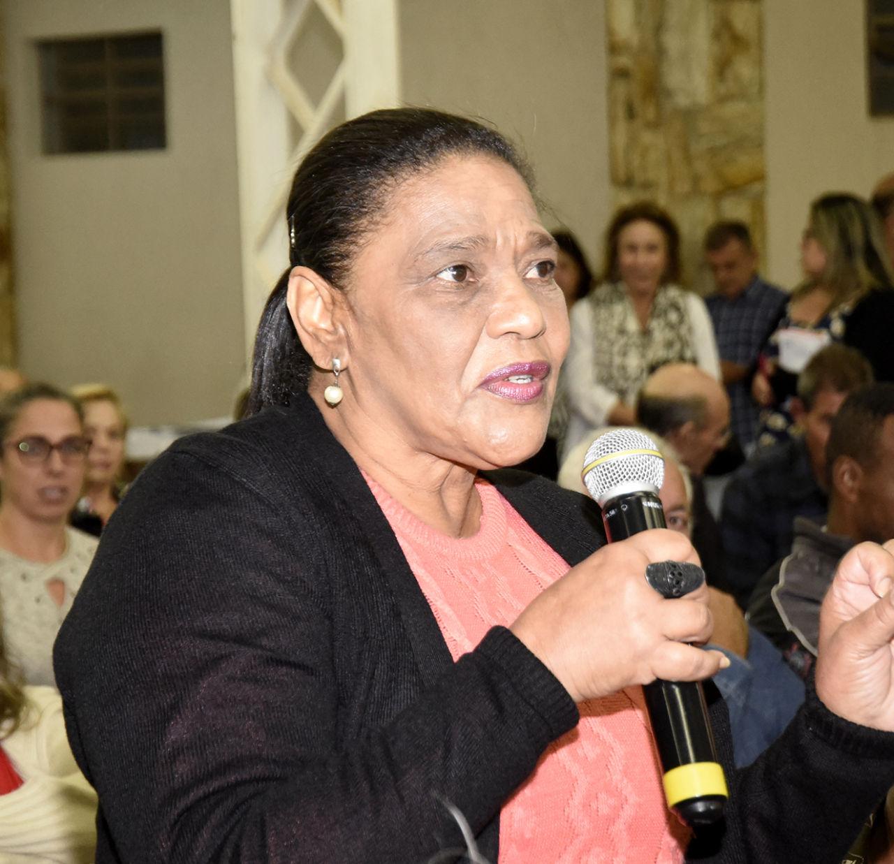 Zenilde Reis fala ao microfone sobre avanços do bairro
