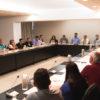 Sala de Situação do Paço Municipal, com a presença do prefeito, gestores e diretores da Prefeitura, e motoristas do transporte escolar