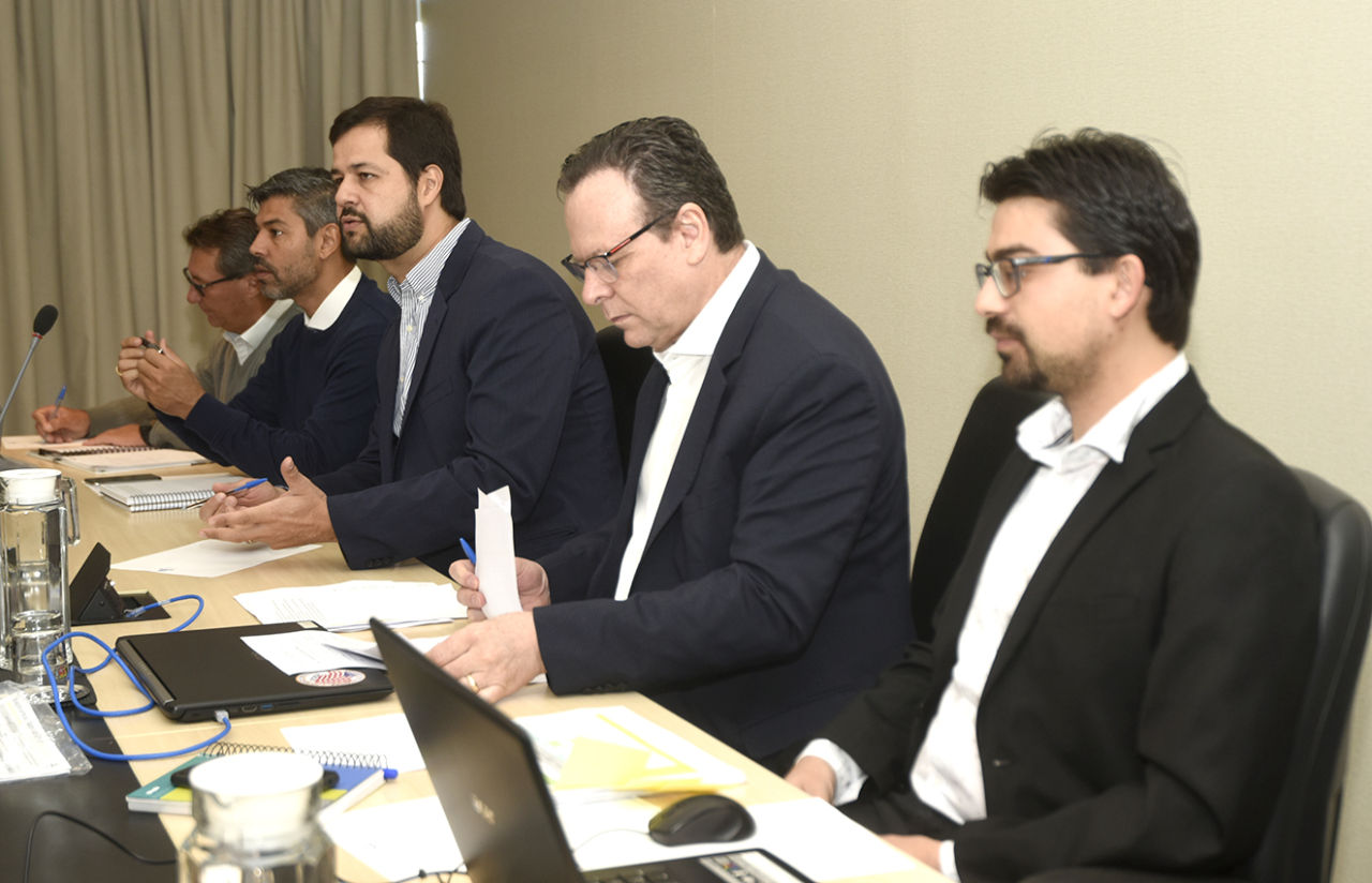 Prefeito e gestores sentados durante reunião