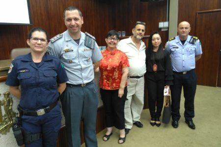 Foto posada, com representantes das forças policiais, em frente à plenária da Câmara