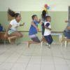 Crianças enfileiradas pulam corda juntas