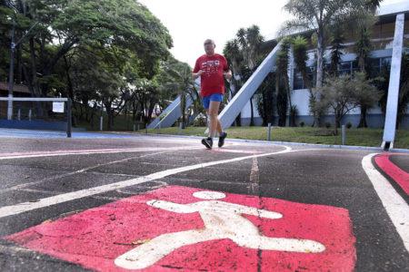 Pessoa corre em pista de caminhada do Bolão