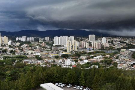 Foto panorâmica da cidade com nuvens escuras