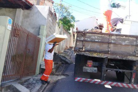 Homem segurando móvel de madeira em direção a caminhão