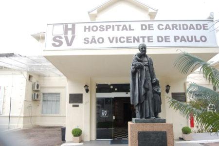 Fachada do hospital, com estátua de São Vicente