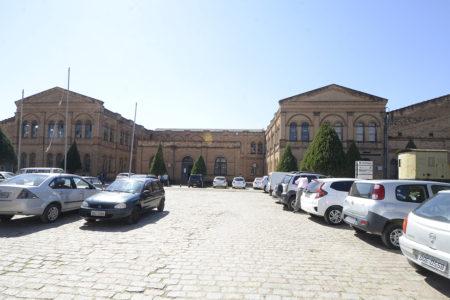 Fachada do Complexo Fepasa com carros estacionados