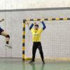 Atacante em jogo de Handebol faz arremesso para gol