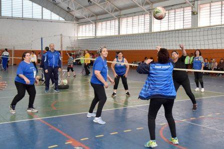 Mulheres idosas jogam vôlei em quadra