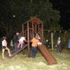 Crianças brincam em parquinho