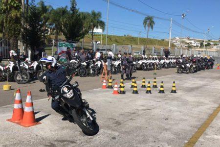 Guarda Municipal faz manobra com motocicleta enquanto outros observam