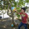 Grupo de Estimulação Infantil, garoto lança bola em arco