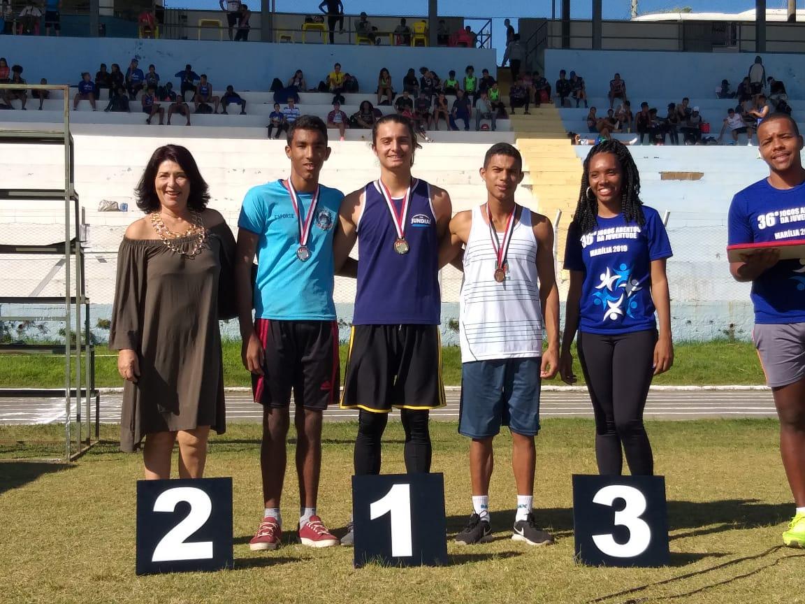 Atletas posam para foto de entrega de medalhas