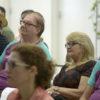 Plateia durante palestra, com os olhos voltados para frente