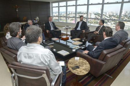 Prefeito conversa com executivos em seu gabinete com vista de Jundiaí ao fundo