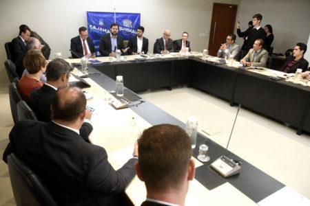 Prefeitos e autoridades sentados durante reunião