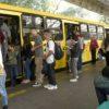 Usuários em terminal entrando em ônibus