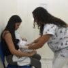 Bebê é vacinado no colo da mãe