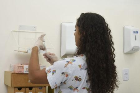 Enfermeira prepara dose de vacina