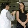 Técnico faz aplicação de vacina contra gripe no braço direito de mulher