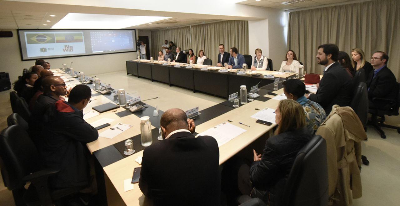 Sala de Situação do Paço, com representantes da comitiva, gestores e prefeito