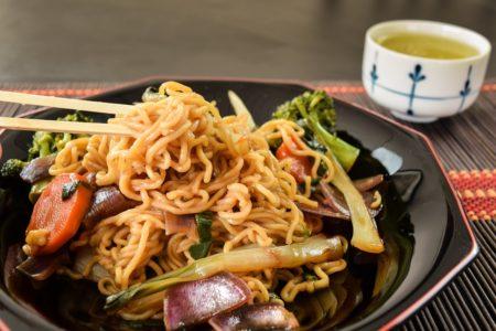 Foto de prato de yakissoba com legumes