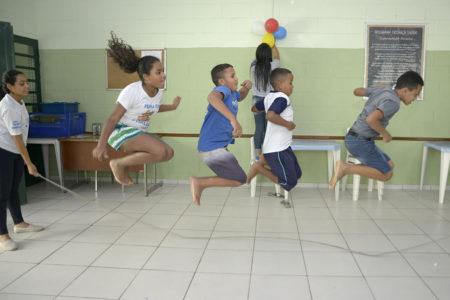 Crianças brincando de pular corda