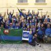 Equipe de atletismo com bandeira de Jundiaí com as mãos levantadas