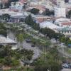 Foto aérea da avenida 9 de Julho, com palmeiras e o rio em sentido diagonal ao da foto