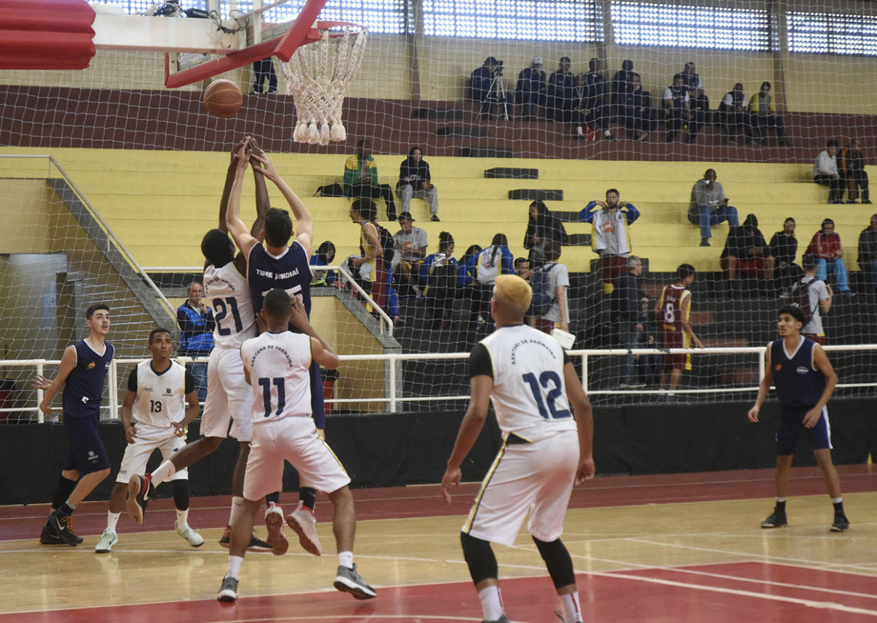 Jogadores de basquete lançam bola