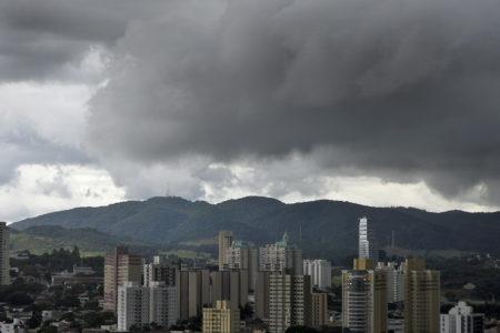 Foto panorâmica de Jundiaí com nuvens de chuva