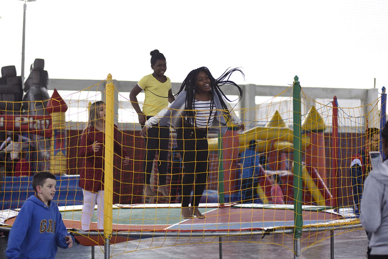 Crianças pulando em cama elástica