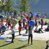 Praticantes de Pilates seguram bolas, no Parque da Cidade