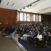 Prefeito fala, em auditório, para plateia de estudantes