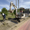 Máquina trabalha em área de terra