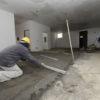 Trabalhadores em acabamento de obra
