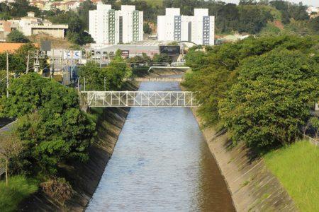 Rio Jundiaí com árvores nas margens e prédios ao fundo