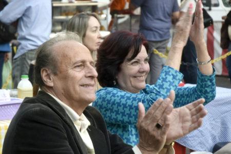 Casal assiste ao show, animados, sorrindo e batendo palma