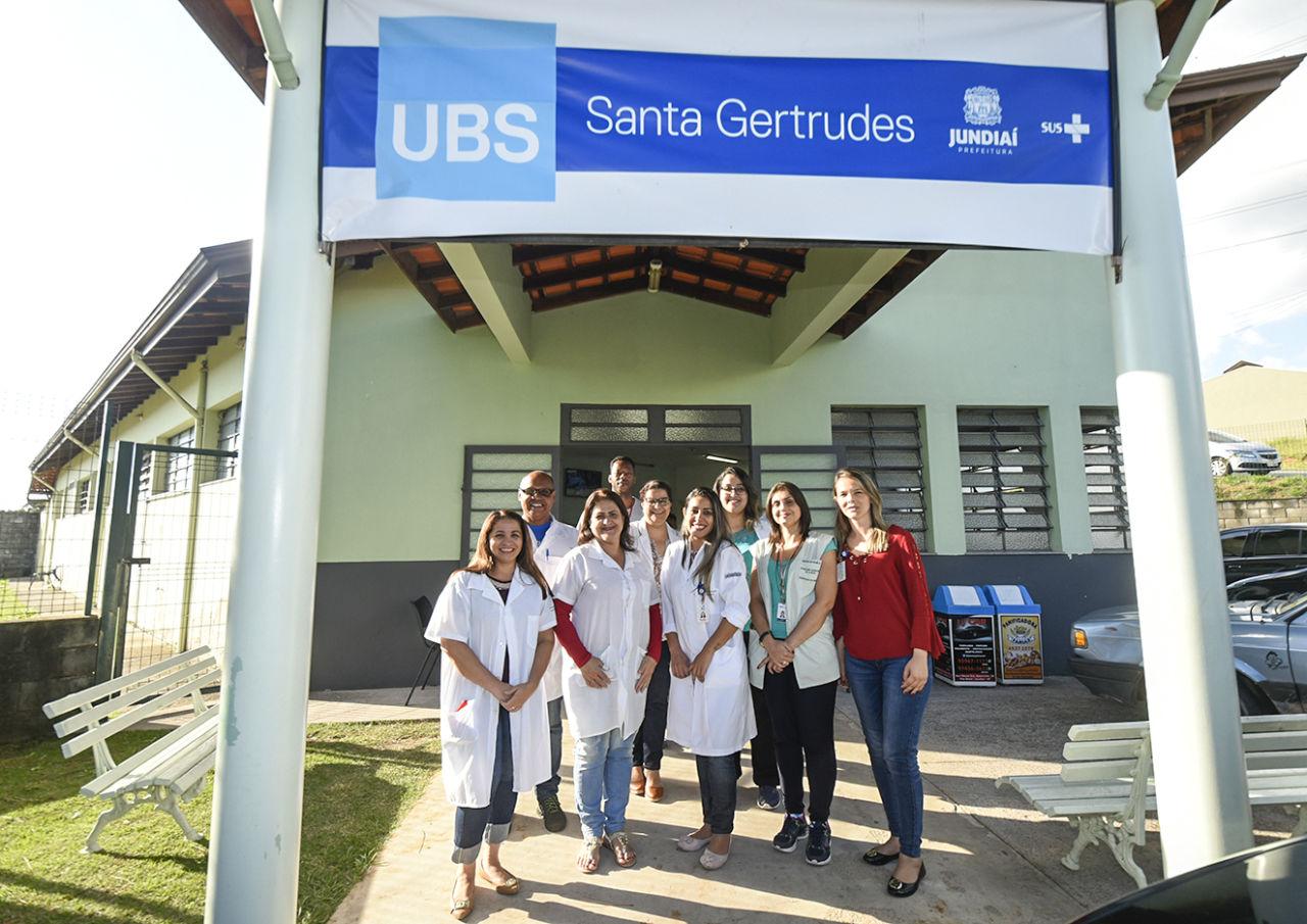 Entrada da UBS Santa Gertrudes com pessoas posando para foto na frente